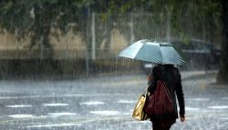 GRA020. VALENCIA, 02/11/2015.- Una joven pasea bajo una cortina de agua esta mañana cuando las tres provincias de la Comunitat Valenciana permanecen en alerta máxima (color naranja) por fuertes lluvias. EFE/Kai Försterling