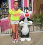Raquel con el gato Silvestre