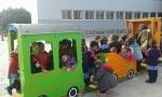 Llegada de un nuevo tren al patio de infantil